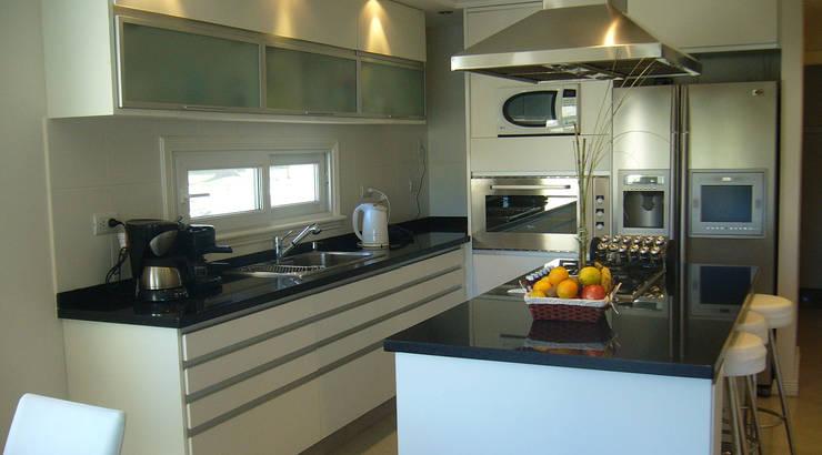 Kitchen by ARQCONS Arquitectura & Construcción