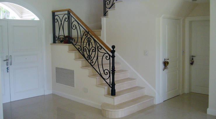 Casa Abril Club de Campo: Escaleras de estilo  por ARQCONS Arquitectura & Construcción,