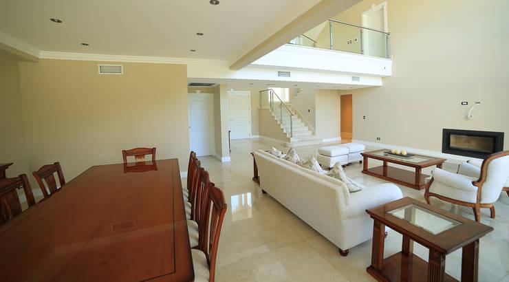Living room by ARQCONS Arquitectura & Construcción