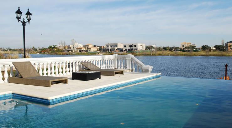 สระว่ายน้ำ โดย ARQCONS Arquitectura & Construcción,