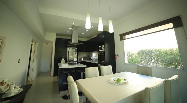 Casa Estancias del Pilar: Comedores de estilo  por ARQCONS Arquitectura & Construcción,Moderno