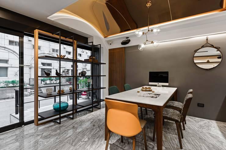 跳色設計:  書房/辦公室 by 京彩室內設計裝修工程公司