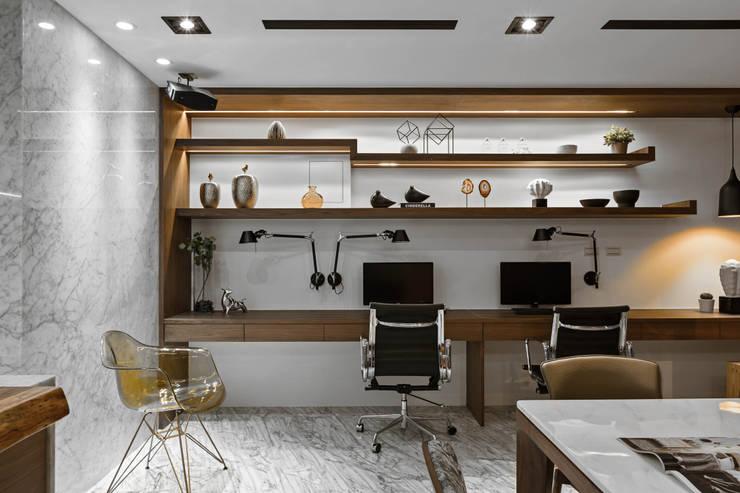辦公區:  書房/辦公室 by 京彩室內設計裝修工程公司