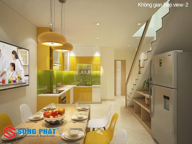 KTS đã tận dụng khoảng trống dưới chân cầu thang để đặt các tủ kệ.:  Phòng ăn by Công ty TNHH TK XD Song Phát