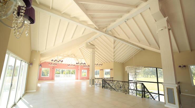 Emprendimiento Chateau Pilar: Pasillos y recibidores de estilo  por ARQCONS Arquitectura & Construcción,