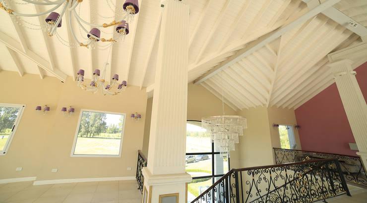 Emprendimiento Chateau Pilar: Escaleras de estilo  por ARQCONS Arquitectura & Construcción,