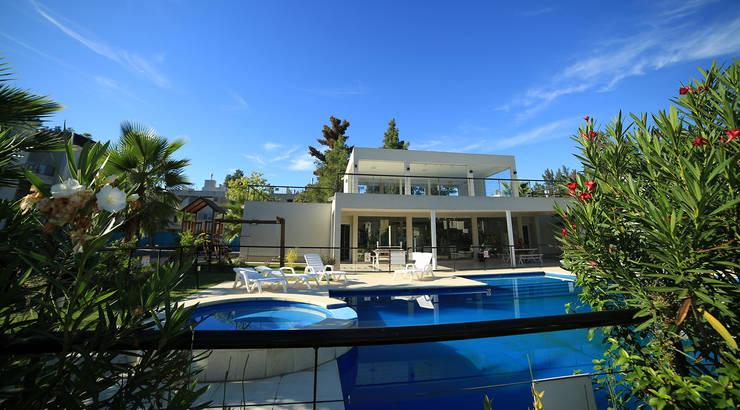 Zwembad door ARQCONS Arquitectura & Construcción