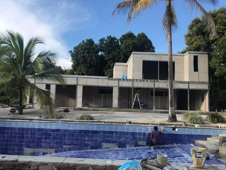 Construcción de Piscina:  de estilo  por Salto Inmobiliario