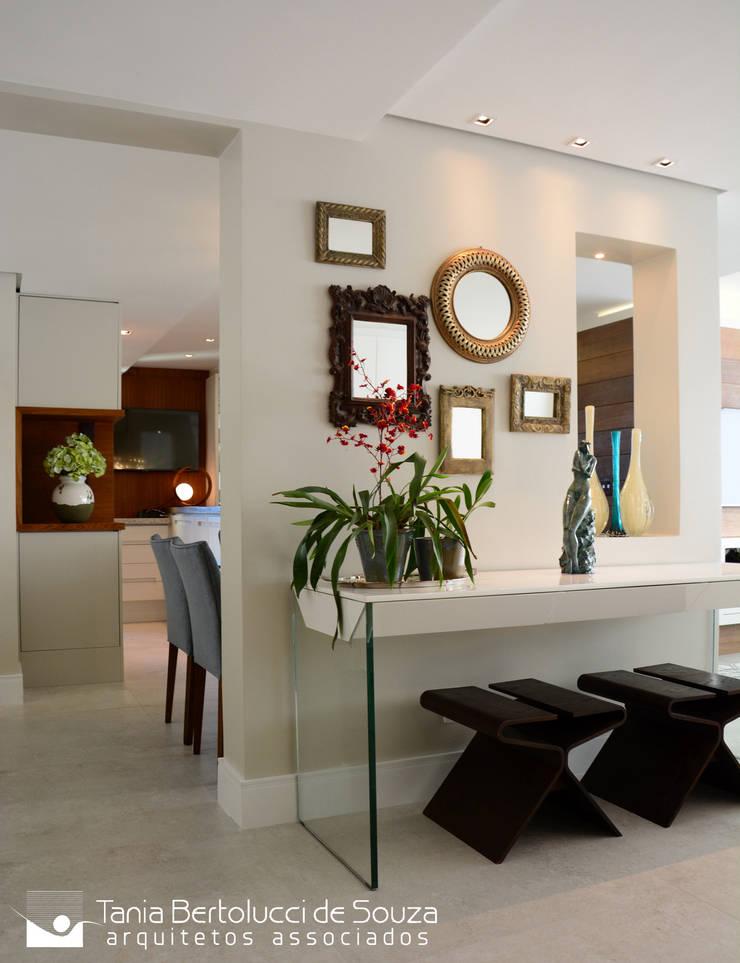Hall de Entrada: Corredores e halls de entrada  por Tania Bertolucci  de Souza  |  Arquitetos Associados
