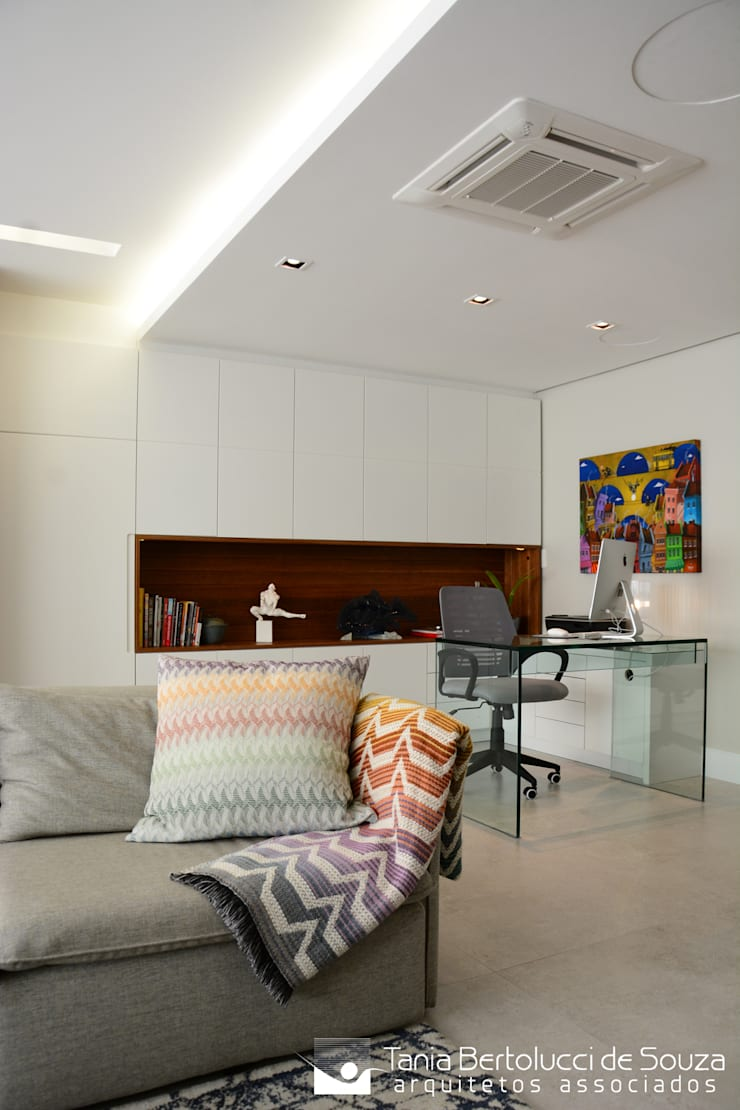 Sala de Estar e Home Office: Salas de estar  por Tania Bertolucci  de Souza  |  Arquitetos Associados