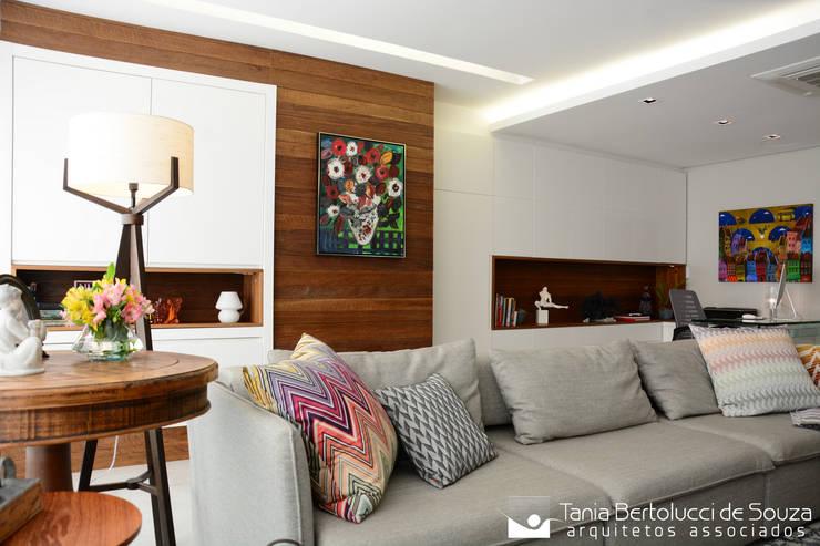 Sala de Estar: Salas de estar  por Tania Bertolucci  de Souza  |  Arquitetos Associados
