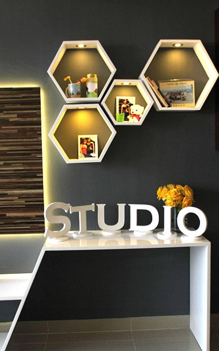 Studio Aparment Beverly Honeycomb:  Kamar Tidur by POWL Studio