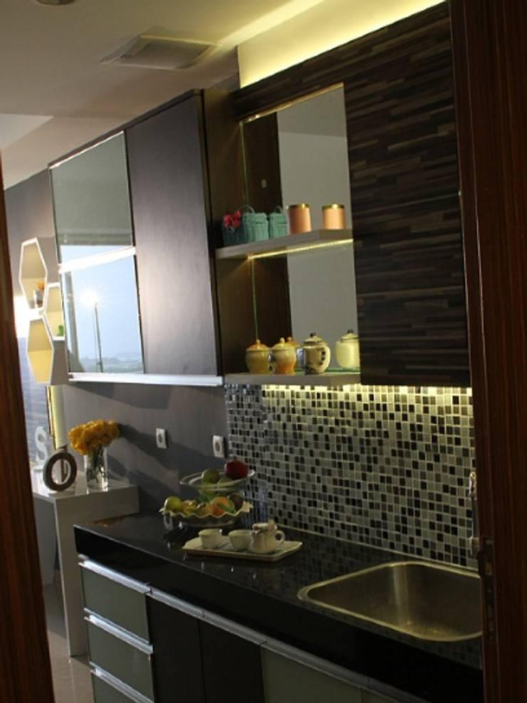 Studio Aparment Beverly Honeycomb:  Dapur built in by POWL Studio