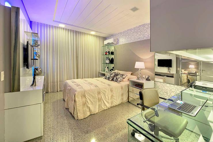 Apartamento contemporâneo de luxo em Fortaleza: Quartos  por RI Arquitetura