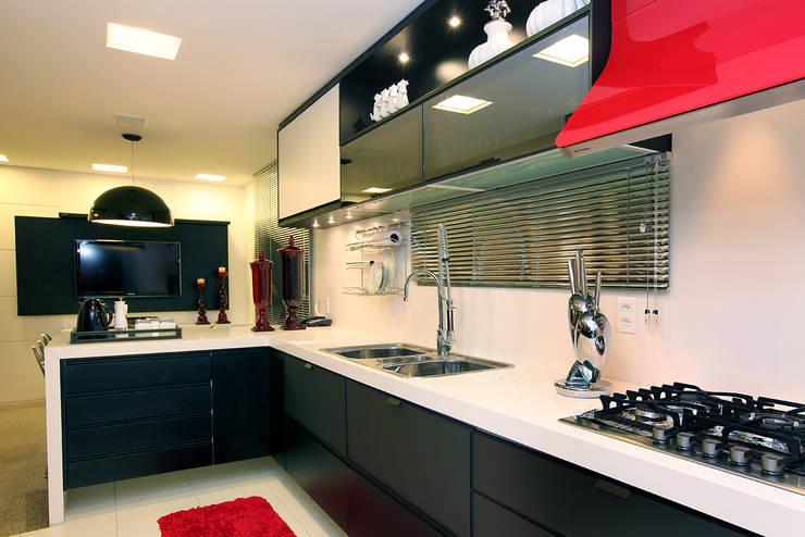 Renovação de Apartamento em Fortaleza: Armários e bancadas de cozinha  por RI Arquitetura