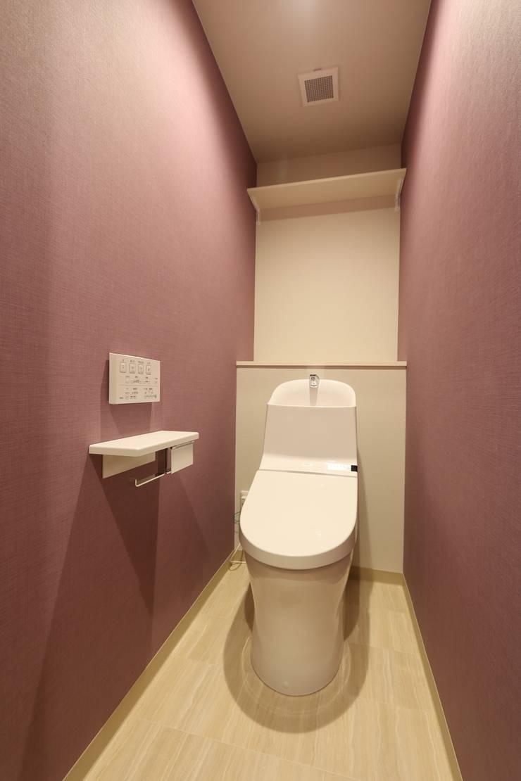 京都の風景を楽しむ空間: 株式会社井蛙コレクションズが手掛けた浴室です。