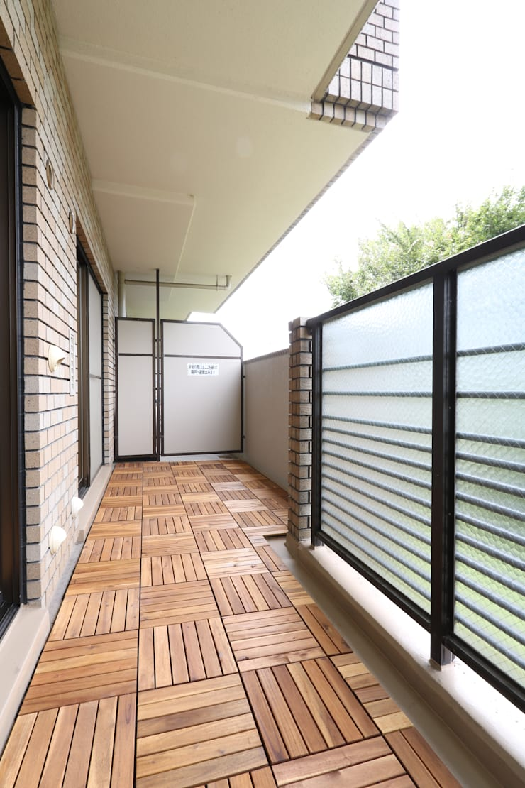 京都の風景を楽しむ空間: 株式会社井蛙コレクションズが手掛けたベランダです。