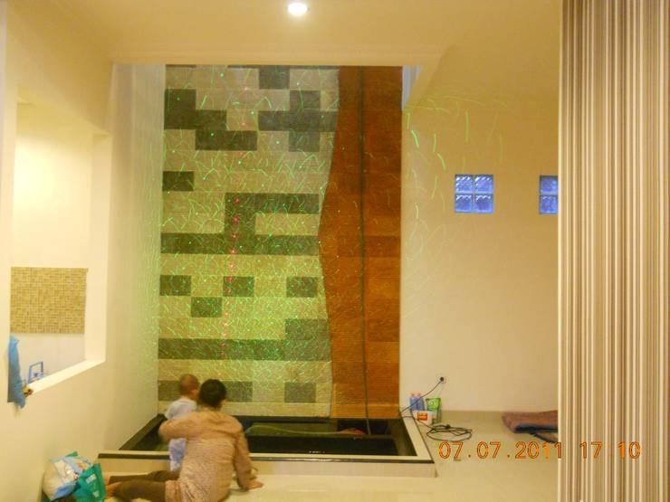 Taman Dalam dg Kolam Kecil:  Dinding by Amirul Design & Build