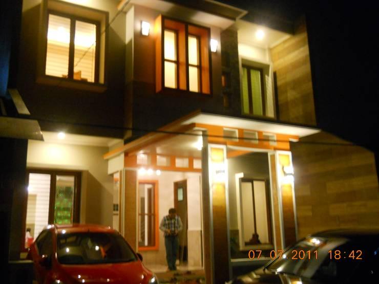 Tampak Depan di Malam Hari:  Rumah tinggal  by Amirul Design & Build