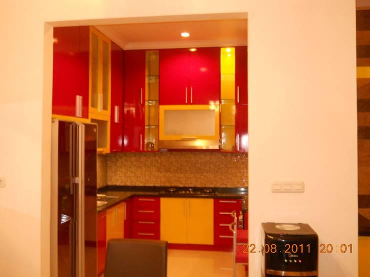 Pantri dan Kitchen Set:  Dapur built in by Amirul Design & Build