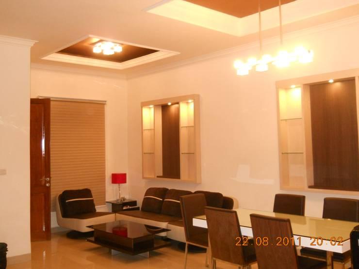 R. Tamu dan R. Keluarga yang menyatu:  Ruang Keluarga by Amirul Design & Build