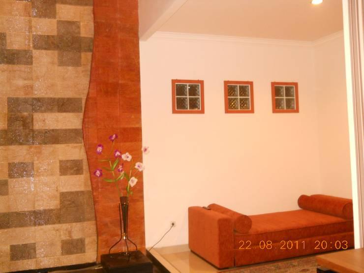 R. TV (Audio Visual) Lantai Bawah:  Ruang Keluarga by Amirul Design & Build