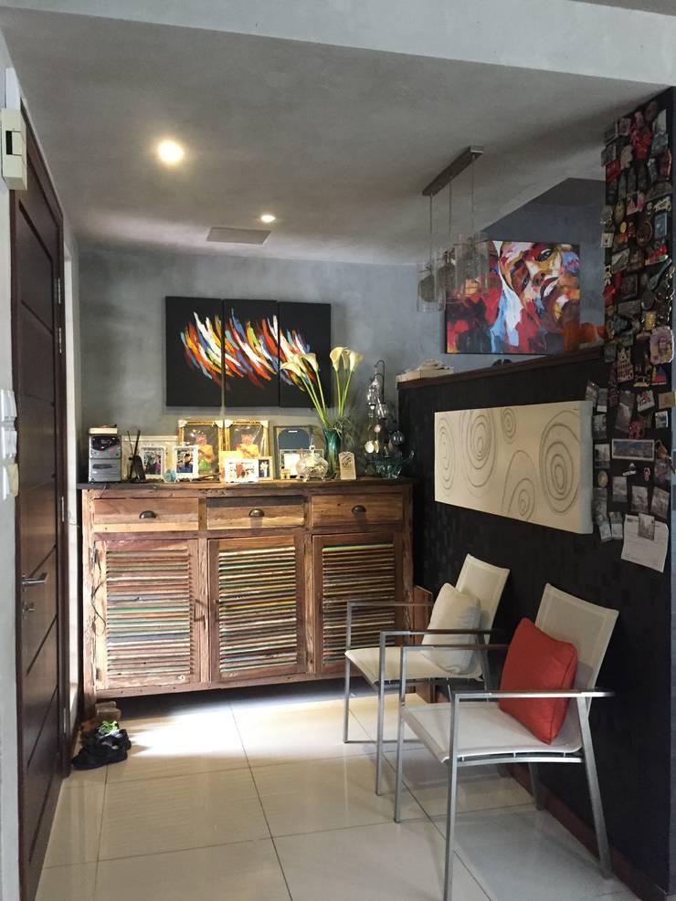 Interior Renovation:  Living room by LI A'ALAF ARCHITECT