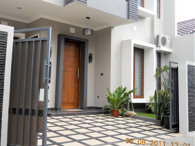 Carport yg hanya cukup untuk 1 mobil:  Rumah tinggal  by Amirul Design & Build