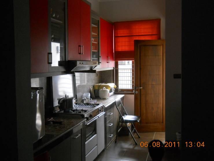 Dapur yang terletak di bagian depan rumah:  Dapur by Amirul Design & Build