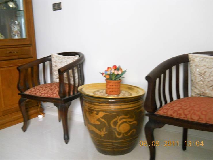 Foyer (R. Tamu Kecil):  Ruang Keluarga by Amirul Design & Build