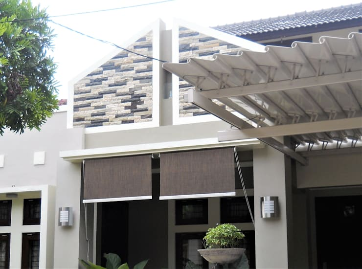 Perspektif Tampak Samping Kanan:  Rumah tinggal  by Amirul Design & Build