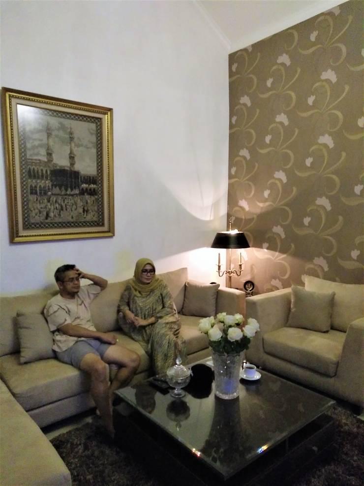 Pemilik Rumah sedang Bersantai di R. Keluarga:  Ruang Keluarga by Amirul Design & Build