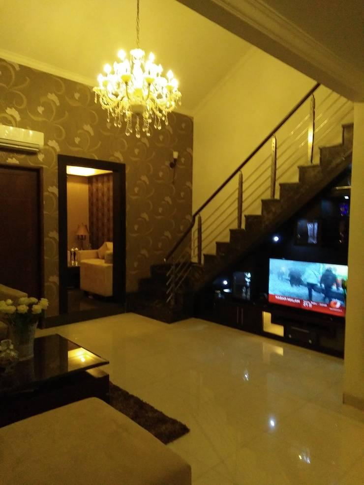 Ruang di Bawah Tangga yg dimanfaatkan sebagai Lemari TV:  Electronics by Amirul Design & Build