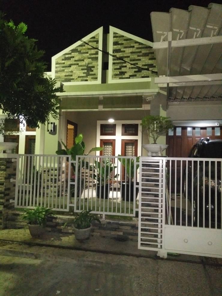 Tampak Depan Rumah di Malam Hari:  Rumah tinggal  by Amirul Design & Build