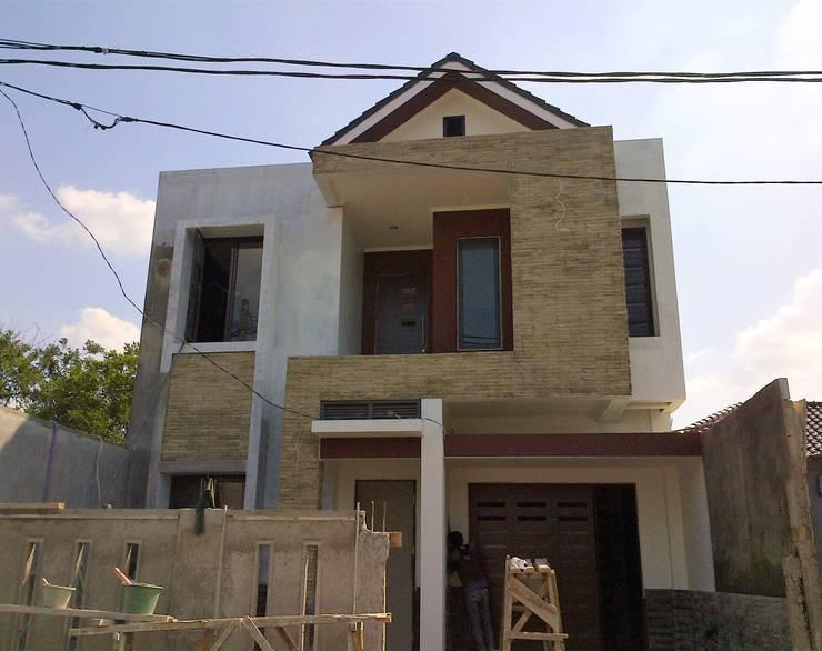 Kondisi Bangunan Menjelang Finishing:  Rumah tinggal  by Amirul Design & Build