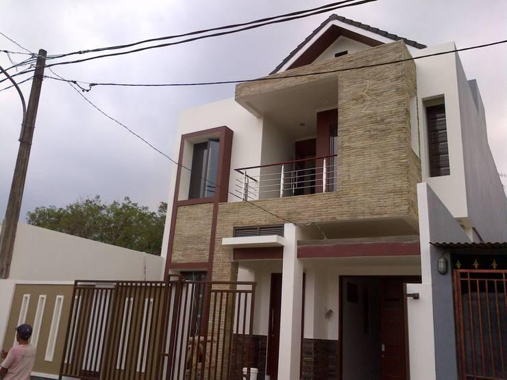 Perspektif Tampak Samping Kanan Bangunan:  Rumah tinggal  by Amirul Design & Build