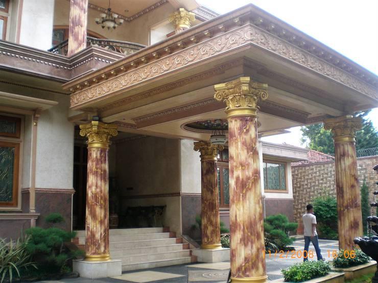 Porte Cochere (tempat menurunkan penumpang dari mobil menuju ke teras pintu masuk utama):  Rumah tinggal  by Amirul Design & Build