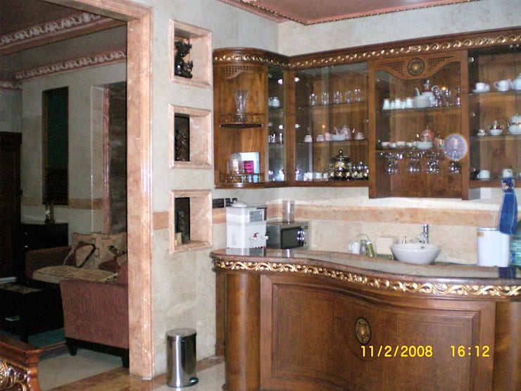 Pantri dan Mini Bar:  Dapur by Amirul Design & Build