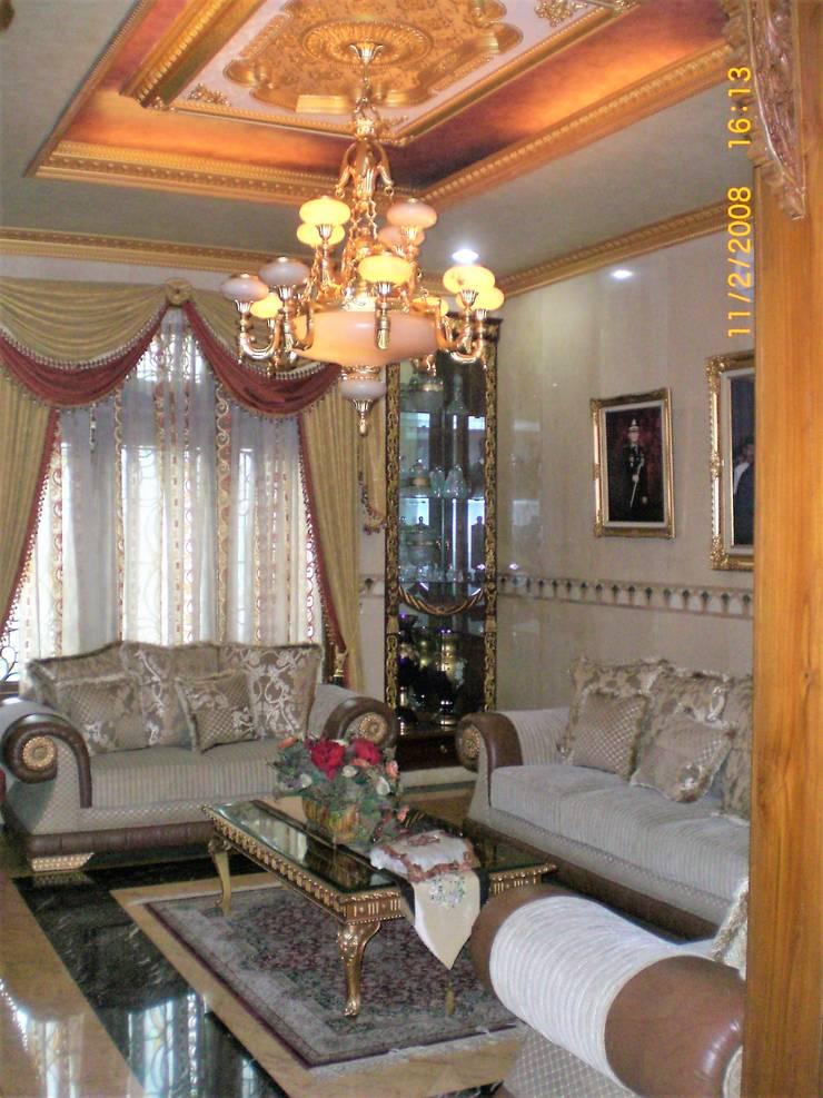 R. Tamu Berdinding Marmer:  Ruang Keluarga by Amirul Design & Build
