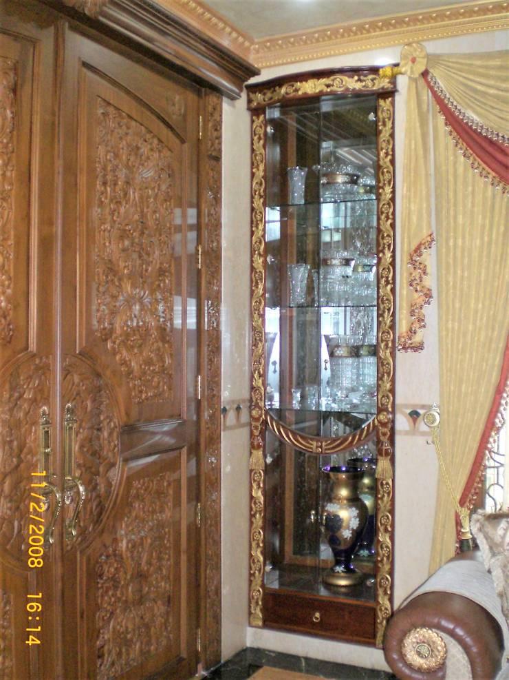 Pintu Masuk Utama dari kayu jati:  pintu kayu by Amirul Design & Build