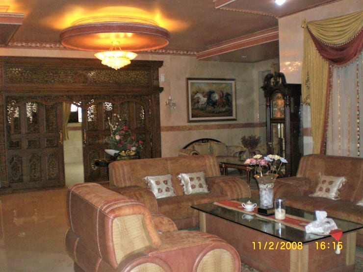 R. Keluarga Lantai Bawah:  Ruang Keluarga by Amirul Design & Build