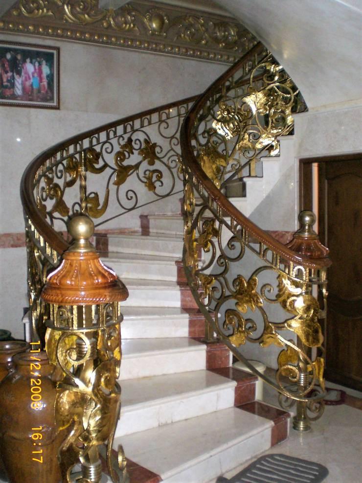 Tangga Melingkar menuju lantai atas:  Tangga by Amirul Design & Build