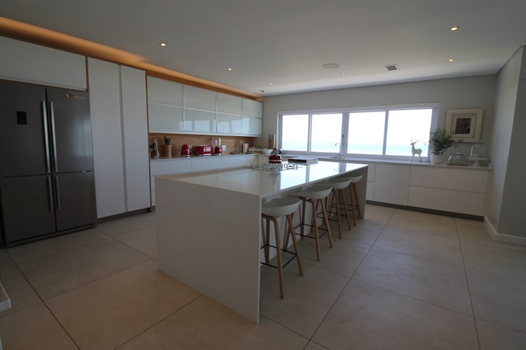 Kitchen:  Kitchen by Audio Visual Projects (PTY) Ltd,