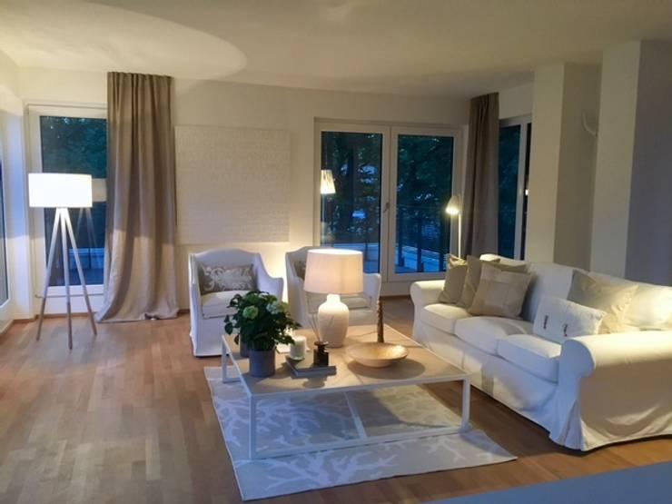 Ruang Keluarga oleh Münchner home staging Agentur GESCHKA, Klasik