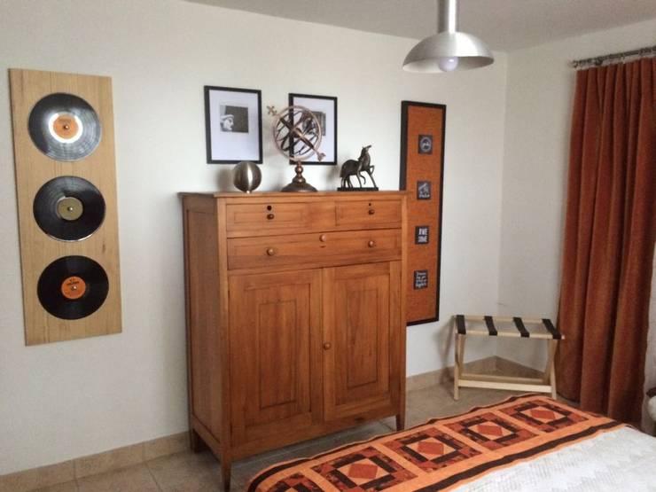 Decoración interior casa finca : Habitaciones de estilo clásico por Nancy Trejos