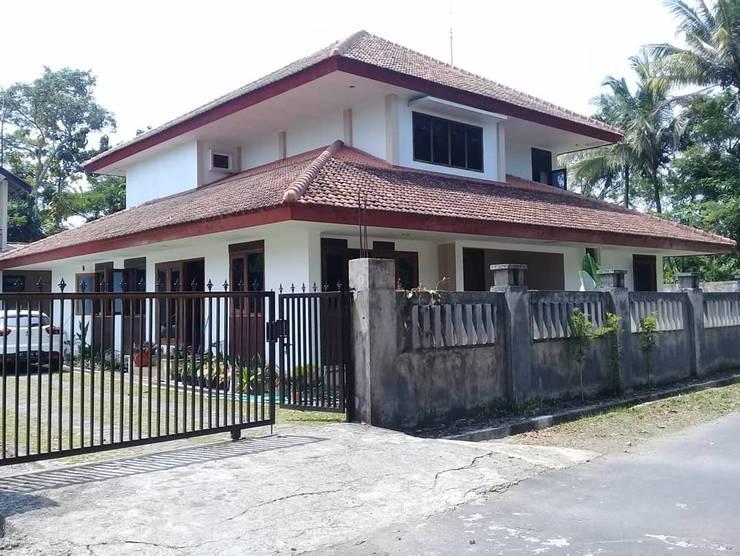 บ้านสำหรับครอบครัว โดย studioindoneosia, ทรอปิคอล คอนกรีตเสริมแรง