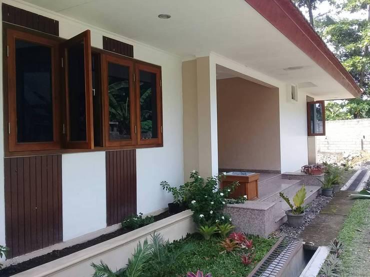 Teras Depan : Jendela kayu oleh studioindoneosia, Tropis Kayu Wood effect