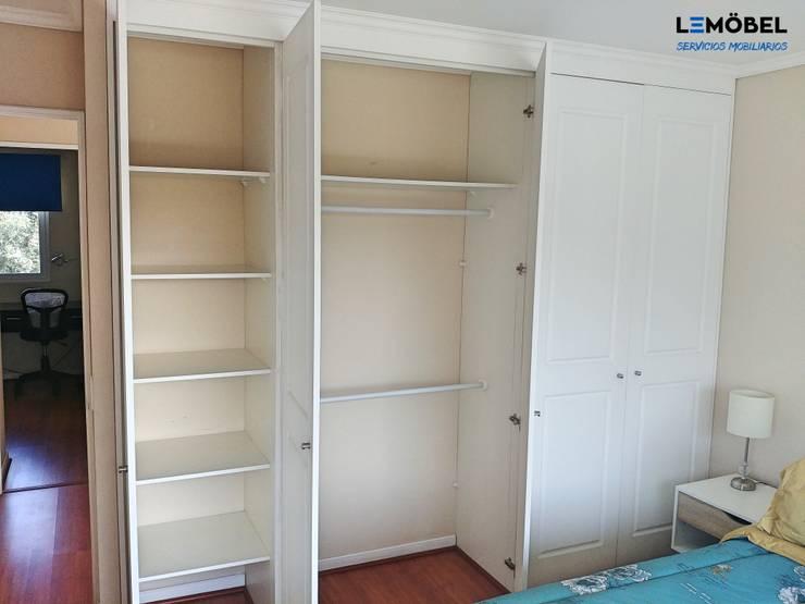 Closets Vivienda Olmos : Vestidores y closets de estilo  por Servicios Mobiliarios LeMöbel SpA