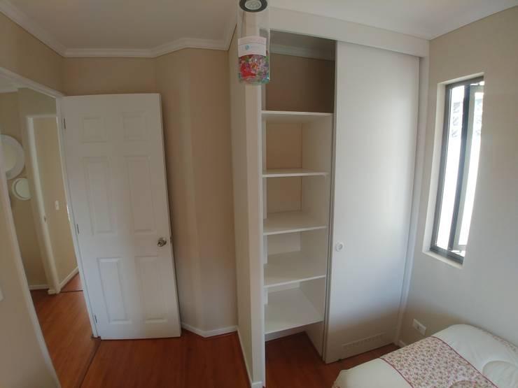 Closet y Cocina vivienda Bosque: Vestidores y closets de estilo  por Servicios Mobiliarios LeMöbel SpA