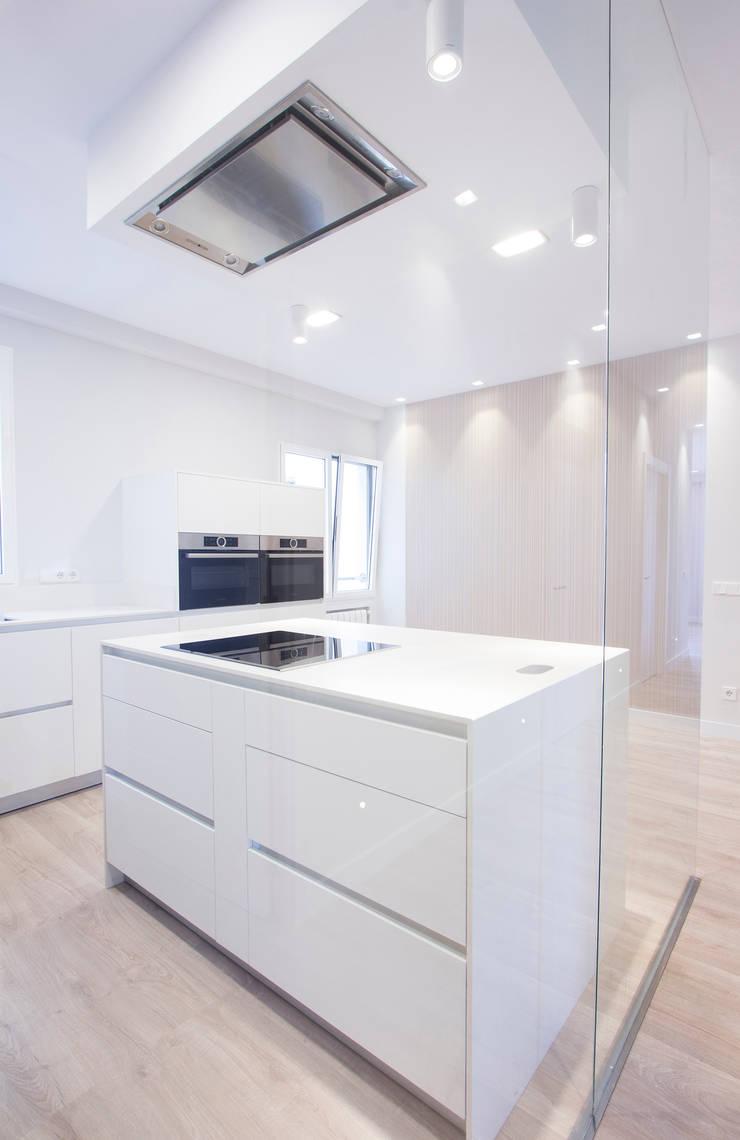 現代廚房設計點子、靈感&圖片 根據 Bocetto Interiorismo y Construcción 現代風